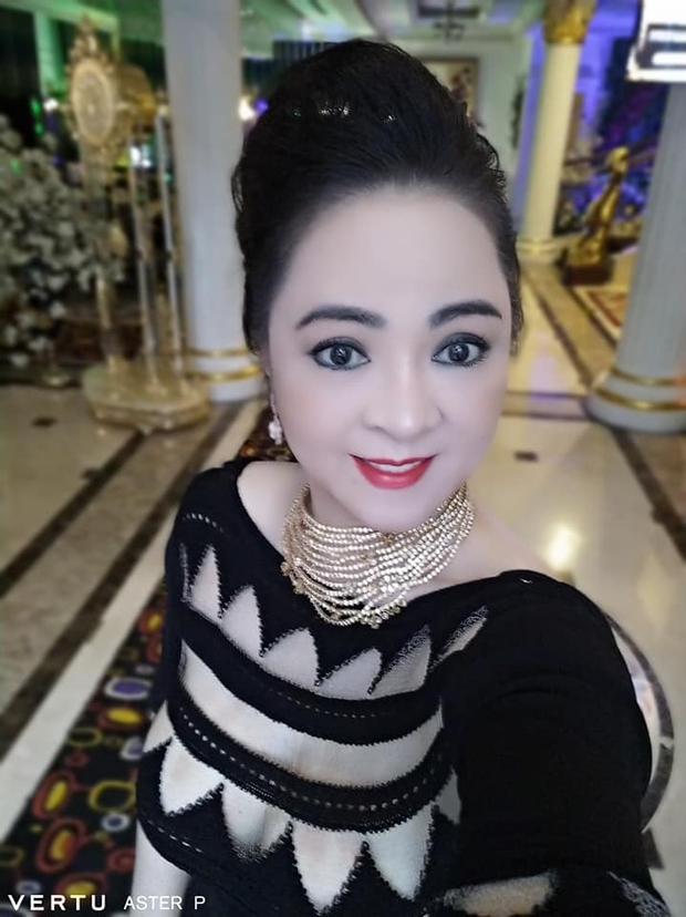 Bà Phương Hằng khoe ảnh selfie với toàn kim cương, vàng bạc, nhưng chiếc điện thoại quý tộc có giá hàng trăm triệu mới là tâm điểm soi của netizen - Ảnh 2.