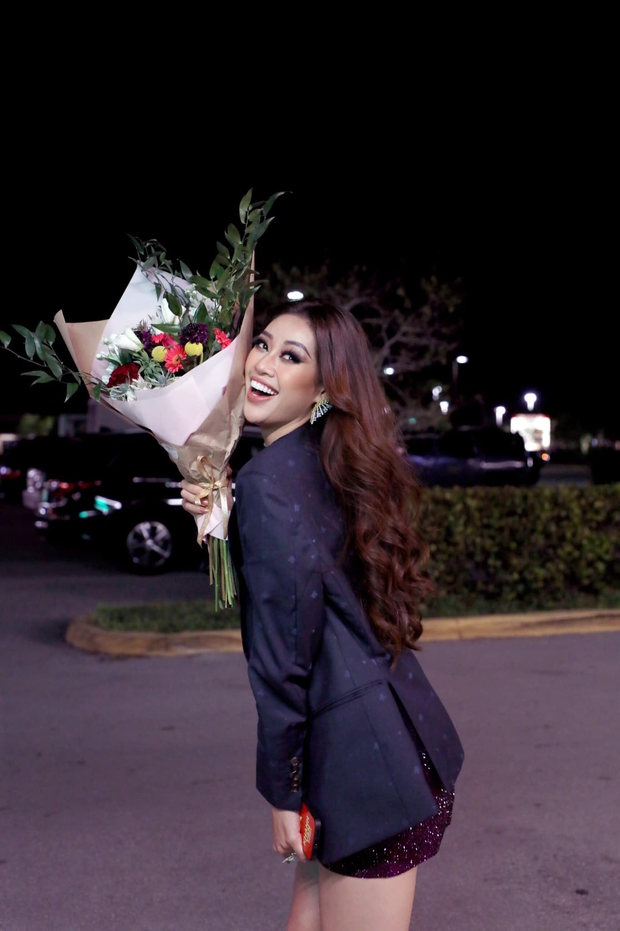 Khánh Vân được các fan xin chữ ký với chụp ảnh tới tấp trên đất Mỹ hậu Miss Universe - Ảnh 1.