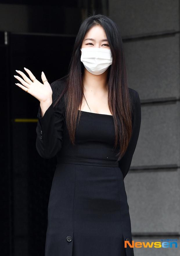 Đối lập dàn mỹ nhân Hàn đi làm: Dara để nguyên đầu bết bê, cựu thành viên SISTAR vòng 1 khủng ngồn ngộn át cả Heize - Ảnh 6.