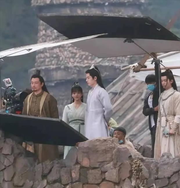 Da mặt Tiêu Chiến sáng bừng sức sống, át vía cả nữ chính xinh đẹp trên phim trường Ngọc Cốt Dao - Ảnh 1.