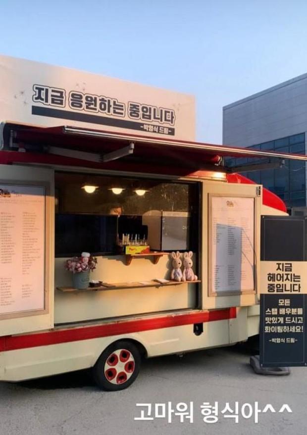 Song Hye Kyo bất ngờ được mỹ nam The Heirs gửi tặng xe cà phê, ai cũng tò mò mối quan hệ thực sự - Ảnh 2.