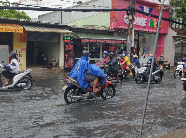 Đường Sài Gòn lại thành sông sau mưa, nước chảy cuồn cuộn như thác đổ - Ảnh 9.