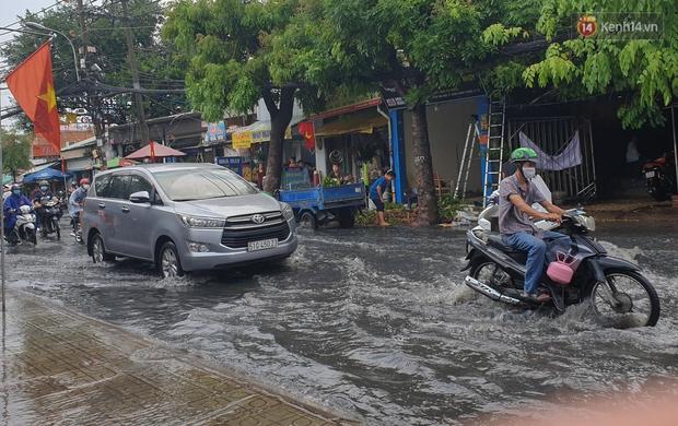 Đường Sài Gòn lại thành sông sau mưa, nước chảy cuồn cuộn như thác đổ - Ảnh 10.