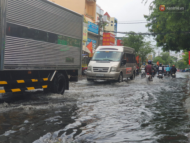 Đường Sài Gòn lại thành sông sau mưa, nước chảy cuồn cuộn như thác đổ - Ảnh 11.
