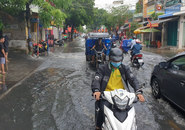 Đường Sài Gòn lại thành sông sau mưa, nước chảy cuồn cuộn như thác đổ - Ảnh 8.