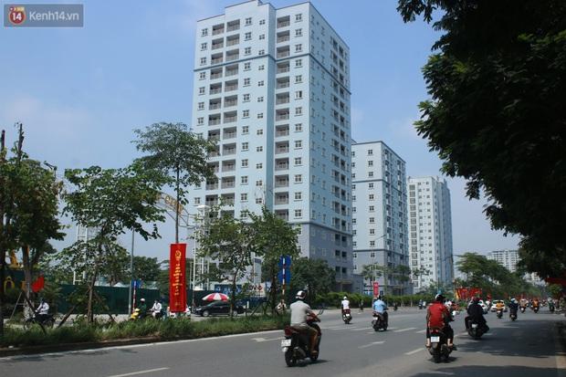 Hà Nội: Xót xa chung cư bỏ hoang trên đất vàng trở thành nơi đổ rác, kim tiêm la liệt - Ảnh 1.