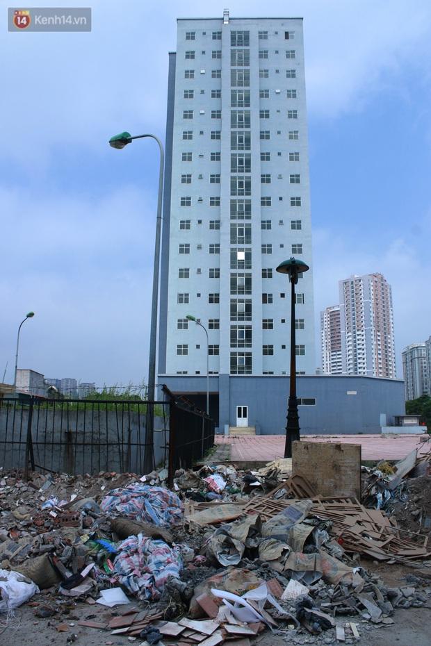 Hà Nội: Xót xa chung cư bỏ hoang trên đất vàng trở thành nơi đổ rác, kim tiêm la liệt - Ảnh 3.
