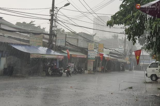 Đường Sài Gòn lại thành sông sau mưa, nước chảy cuồn cuộn như thác đổ - Ảnh 1.