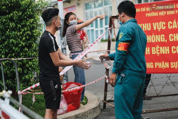 Tình người ấm áp trong chung cư bị cách ly ở TP.HCM: Đồ ăn được phát miễn phí, cư dân chung tay giúp đỡ các cô lao công bị mắc kẹt - Ảnh 1.