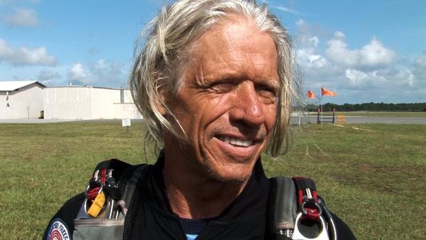 Người bay huyền thoại qua đời thương tâm ở tuổi 76 sau khi gặp sự cố trên không khiến dù không thể mở - Ảnh 1.