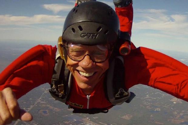 Người bay huyền thoại qua đời thương tâm ở tuổi 76 sau khi gặp sự cố trên không khiến dù không thể mở - Ảnh 3.