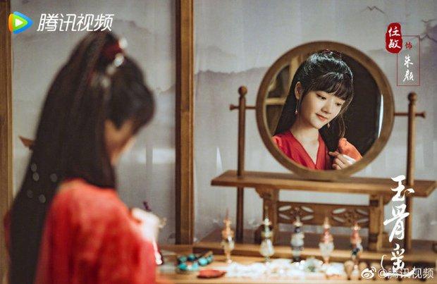 Da mặt Tiêu Chiến sáng bừng sức sống, át vía cả nữ chính xinh đẹp trên phim trường Ngọc Cốt Dao - Ảnh 6.