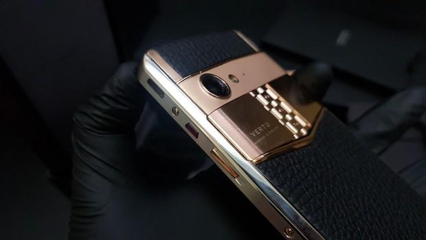 Bà Phương Hằng khoe ảnh selfie với toàn kim cương, vàng bạc, nhưng chiếc điện thoại quý tộc có giá hàng trăm triệu mới là tâm điểm soi của netizen - Ảnh 7.