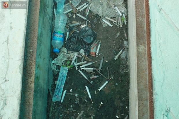 Hà Nội: Xót xa chung cư bỏ hoang trên đất vàng trở thành nơi đổ rác, kim tiêm la liệt - Ảnh 13.