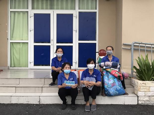 Tình người ấm áp trong chung cư bị cách ly ở TP.HCM: Đồ ăn được phát miễn phí, cư dân chung tay giúp đỡ các cô lao công bị mắc kẹt - Ảnh 4.