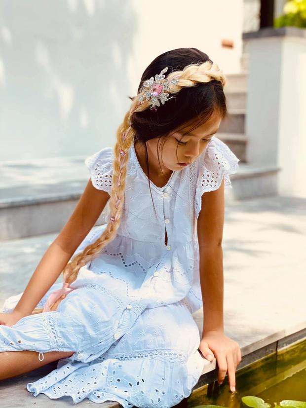 Đoan Trang có cô con gái mới 7 tuổi nhưng thần thái cực đỉnh, mỉm cười nhẹ 1 phát đã giật luôn spotlight của bố mẹ - Ảnh 6.