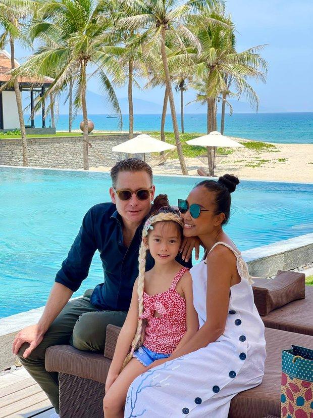 Đoan Trang có cô con gái mới 7 tuổi nhưng thần thái cực đỉnh, mỉm cười nhẹ 1 phát đã giật luôn spotlight của bố mẹ - Ảnh 10.