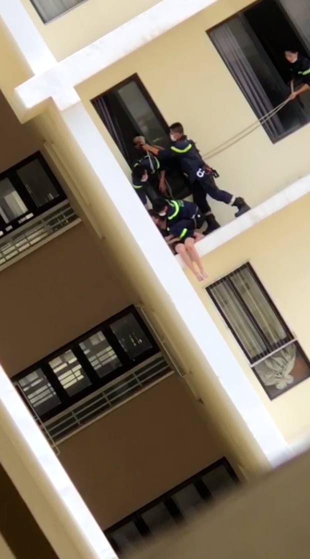 Clip: Nghẹt thở giây phút cảnh sát giải cứu cô gái định nhảy từ tầng 18 chung cư tự tử - Ảnh 3.