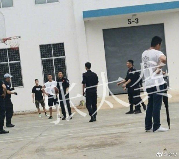 Chơi bóng chưa đủ, Vương Nhất Bác còn hẹn Trương Triết Hạn - Hoàng Cảnh Du làm phù rể ở phim mới - Ảnh 3.