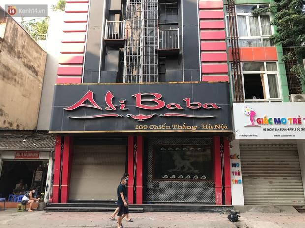 Ảnh: Quán karaoke, game ở Hà Nội lại ngủ đông giữa hè để phòng dịch Covid-19 - Ảnh 2.