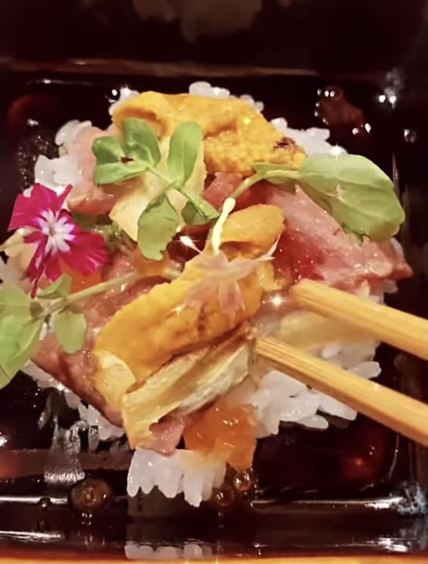 Ngọc Trinh quẩy tới bến ở Sài Gòn: Ăn tươi nuốt sống đồ đắt tiền, gây tranh cãi vì clip hội bạn thân vỗ vòng 3 của nhau - Ảnh 5.