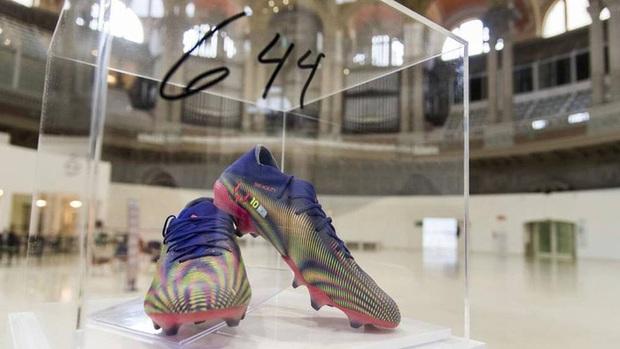 Nghĩa cử cao đẹp của Messi: Bán đấu giá giày phá kỷ lục Pele 4 tỷ đồng để làm từ thiện - Ảnh 1.