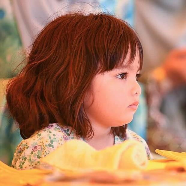 Tiểu công chúa Malaysia xinh xắn hết nấc nhưng biểu cảm có 1-0-2 của bé mới là điều đốn tim người xem - Ảnh 1.