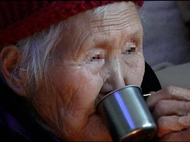 Uống nước thấy rát lưỡi rồi bất ngờ nôn ra máu, mẹ chồng đi cấp cứu mới ngỡ ngàng phát hiện âm mưu tàn độc của con dâu thảo - Ảnh 2.