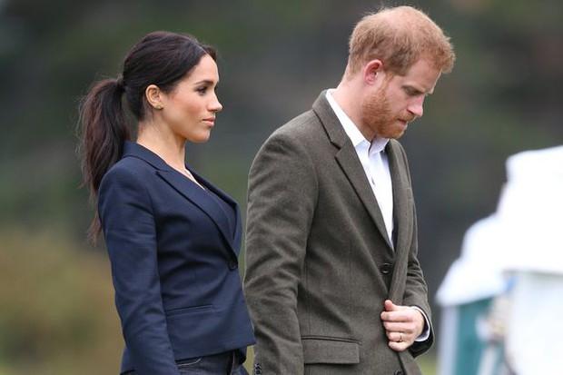 Tiết lộ lý do khiến Meghan Markle không thể quay trở về hoàng gia, làm Harry cũng bị ngăn cản về với gia đình - Ảnh 2.