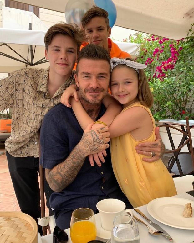 David và Victoria Beckham: Yêu ngay từ cái nhìn đầu tiên, suýt toang vì phốt chồng ngoại tình với trợ lý trẻ và cái kết khiến cả thế giới trầm trồ - Ảnh 15.