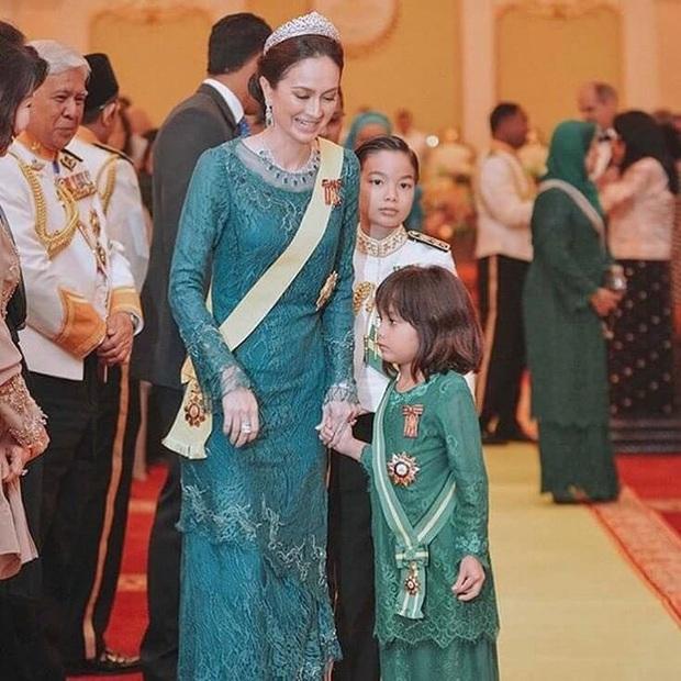 Tiểu công chúa Malaysia xinh xắn hết nấc nhưng biểu cảm có 1-0-2 của bé mới là điều đốn tim người xem - Ảnh 11.