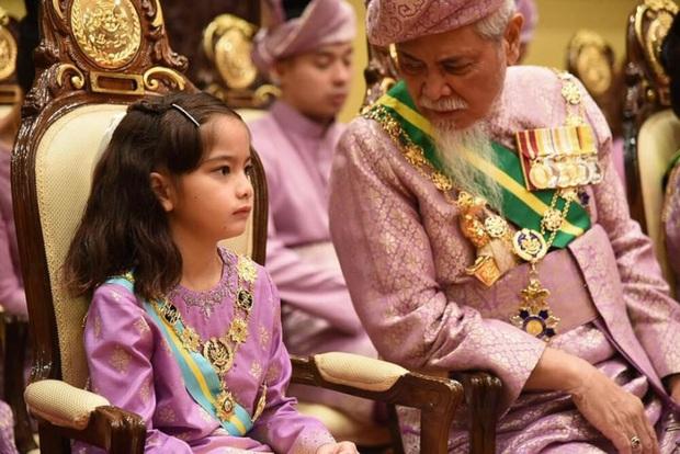 Tiểu công chúa Malaysia xinh xắn hết nấc nhưng biểu cảm có 1-0-2 của bé mới là điều đốn tim người xem - Ảnh 12.