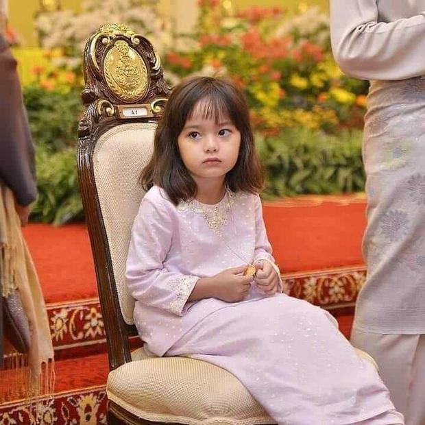 Tiểu công chúa Malaysia xinh xắn hết nấc nhưng biểu cảm có 1-0-2 của bé mới là điều đốn tim người xem - Ảnh 13.
