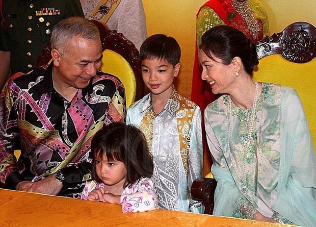 Tiểu công chúa Malaysia xinh xắn hết nấc nhưng biểu cảm có 1-0-2 của bé mới là điều đốn tim người xem - Ảnh 4.