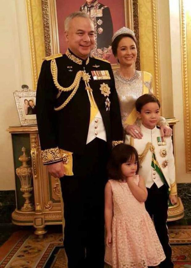 Tiểu công chúa Malaysia xinh xắn hết nấc nhưng biểu cảm có 1-0-2 của bé mới là điều đốn tim người xem - Ảnh 5.