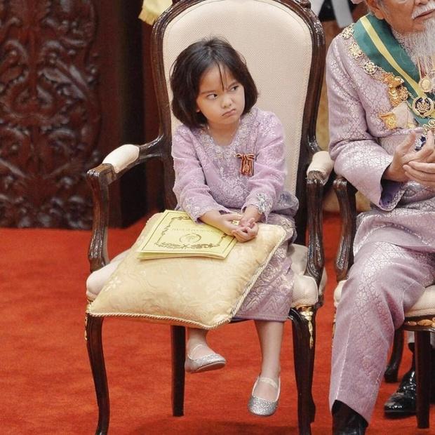 Tiểu công chúa Malaysia xinh xắn hết nấc nhưng biểu cảm có 1-0-2 của bé mới là điều đốn tim người xem - Ảnh 6.