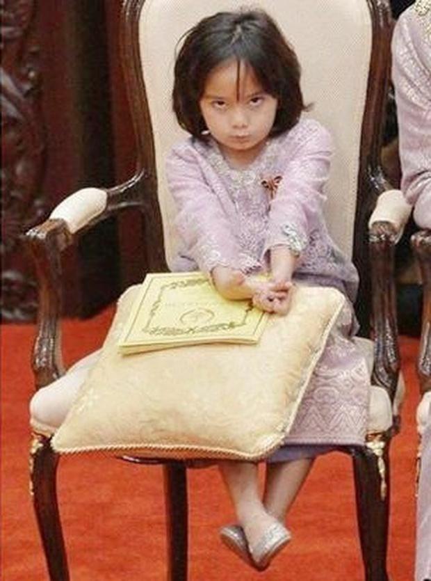 Tiểu công chúa Malaysia xinh xắn hết nấc nhưng biểu cảm có 1-0-2 của bé mới là điều đốn tim người xem - Ảnh 7.
