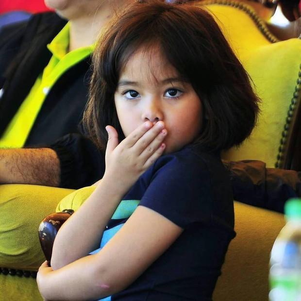 Tiểu công chúa Malaysia xinh xắn hết nấc nhưng biểu cảm có 1-0-2 của bé mới là điều đốn tim người xem - Ảnh 8.