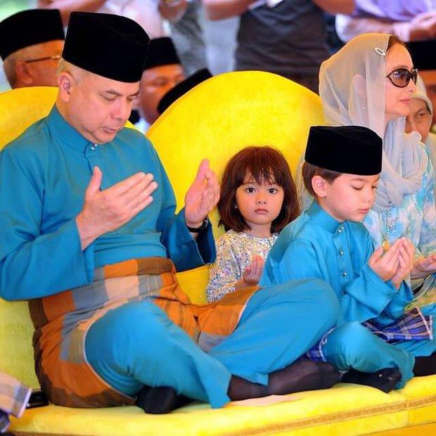 Tiểu công chúa Malaysia xinh xắn hết nấc nhưng biểu cảm có 1-0-2 của bé mới là điều đốn tim người xem - Ảnh 10.