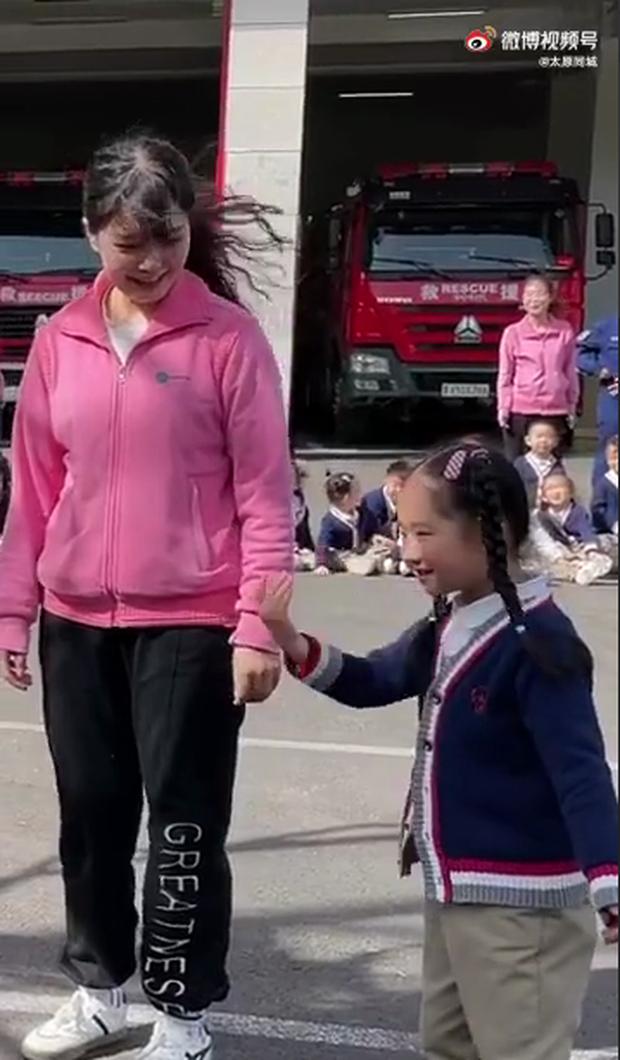 Đi thăm sở cứu hỏa, bé gái đẩy thuyền cho cô giáo và anh lính đẹp trai, bõ công cô dạy dỗ bấy lâu - Ảnh 5.