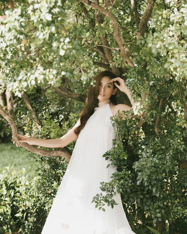 Võ Hoàng Yến khiến fan bất ngờ với bộ ảnh cực thơ và đầy nữ tính - Ảnh 2.