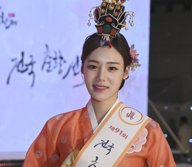 Hoa hậu truyền thống Hàn gây sốc với gương mặt méo xệch khi đăng quang, kéo đến ảnh đời thường lại há hốc vì visual thần thánh - Ảnh 2.