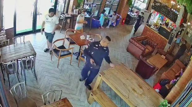 Đóng giả cảnh sát để được giảm giá nhà nghỉ, tên lừa đảo rủ 500 anh em vào ở cùng khiến cả lũ bị bắt - Ảnh 1.