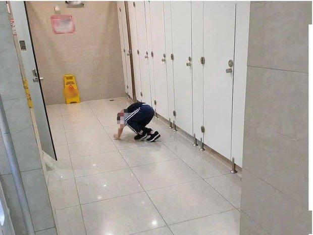 Dắt con trai 5 tuổi vào toilet nữ lúc đông người, được hỏi lý do thì người mẹ phản pháo 1 câu ai nghe cũng phẫn nộ - Ảnh 1.