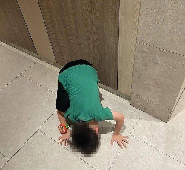 Dắt con trai 5 tuổi vào toilet nữ lúc đông người, được hỏi lý do thì người mẹ phản pháo 1 câu ai nghe cũng phẫn nộ - Ảnh 2.