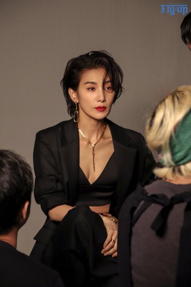 7 chị đại U50 đẹp nức nở ở phim Hàn: Hội Penthouse xịn đấy nhưng không qua nổi độ ngầu của mợ cả Mine - Ảnh 14.