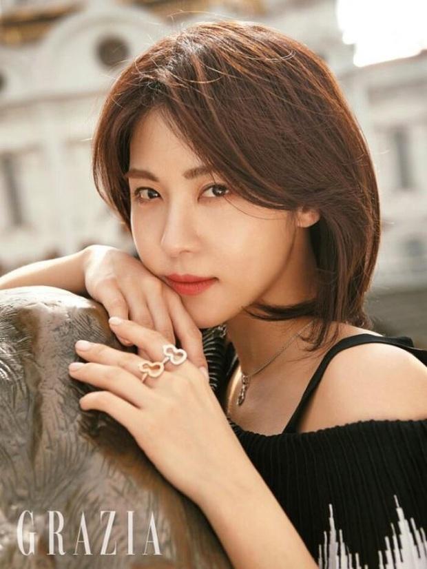7 chị đại U50 đẹp nức nở ở phim Hàn: Hội Penthouse xịn đấy nhưng không qua nổi độ ngầu của mợ cả Mine - Ảnh 18.