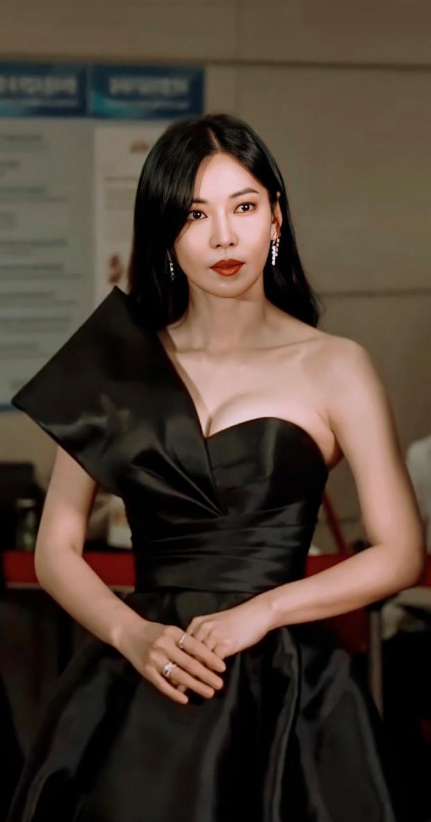 7 chị đại U50 đẹp nức nở ở phim Hàn: Hội Penthouse xịn đấy nhưng không qua nổi độ ngầu của mợ cả Mine - Ảnh 7.