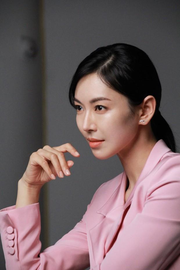 7 chị đại U50 đẹp nức nở ở phim Hàn: Hội Penthouse xịn đấy nhưng không qua nổi độ ngầu của mợ cả Mine - Ảnh 8.