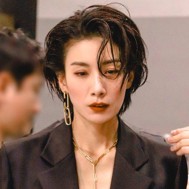 7 chị đại U50 đẹp nức nở ở phim Hàn: Hội Penthouse xịn đấy nhưng không qua nổi độ ngầu của mợ cả Mine - Ảnh 13.
